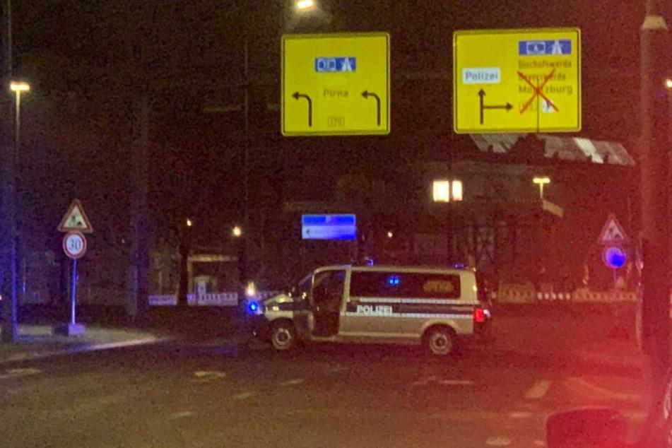 Die Polizei hat die Zufahrt zur Carolabrücke gesperrt.