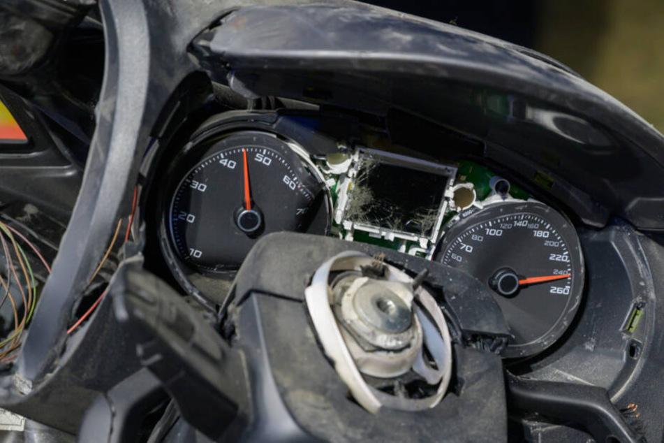 Der Tacho des Seats zeigt die vermeintliche Geschwindigkeit zum Unfallzeitpunkt an: 240 km/h.
