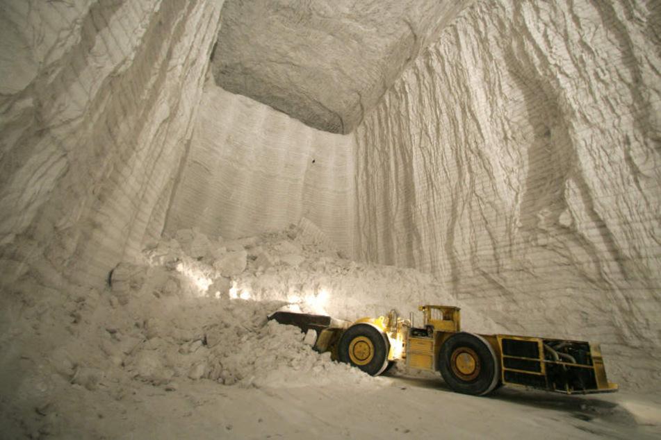 Bei einem Unfall unter Tage ist am Montagvormittag im Esco-Salzbergwerk in Bernburg ein Bergarbeiter gestorben.