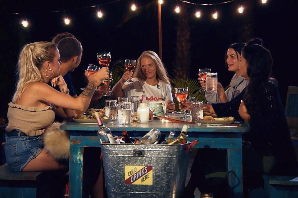 Hier war noch alles ganz harmonisch: Gemeinsam dinierten der Bachelor und seine Mädels im mexikanischen Outback.