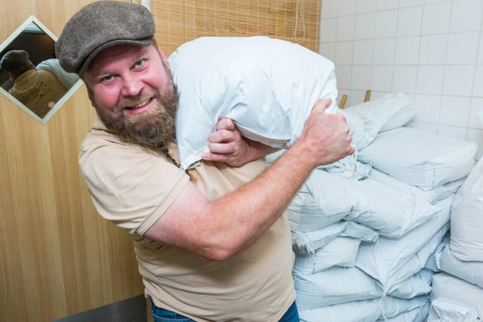 Nudel-Profi Christian Pohl (45) schultert einen Sack Emmer-Mehl.