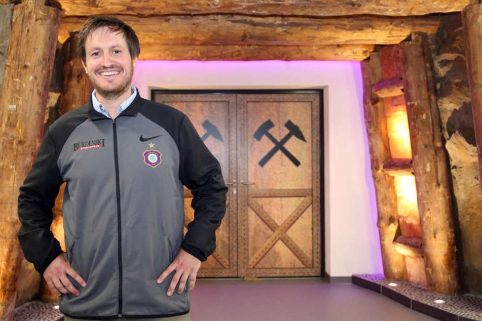 Willkommen im Schacht! Hannes Drews posiert im neuen Spielertunnel im Stadion. Am