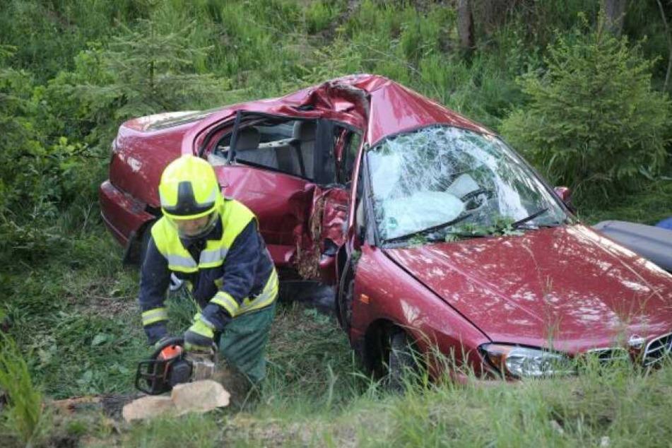Die Feuerwehr musste die beiden Insassen aus dem Wagen holen.