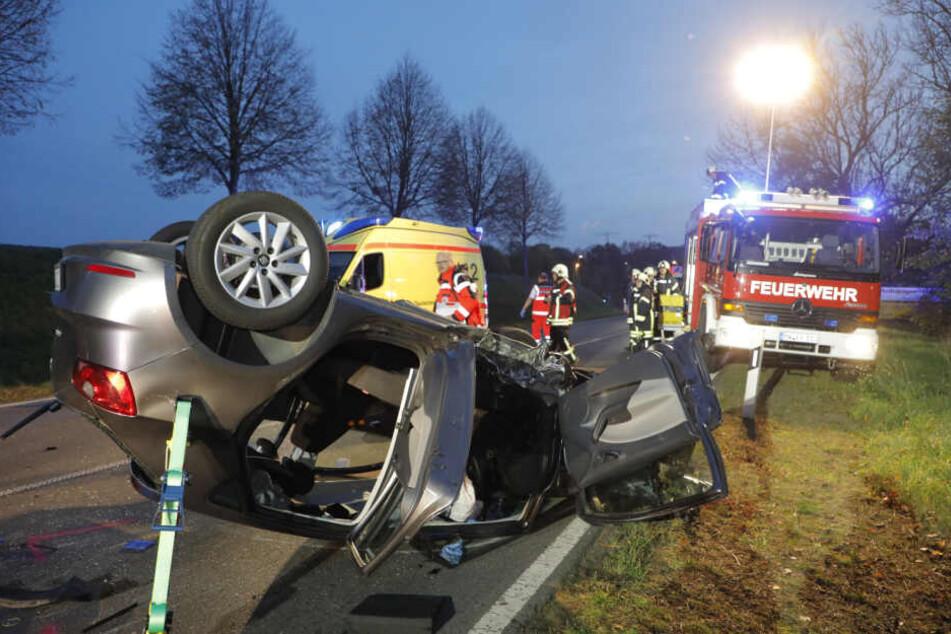 Eines der Fahrzeuge überschlug sich. Die Fahrerin musste von der Feuerwehr aus dem Fahrzeug befreit werden.