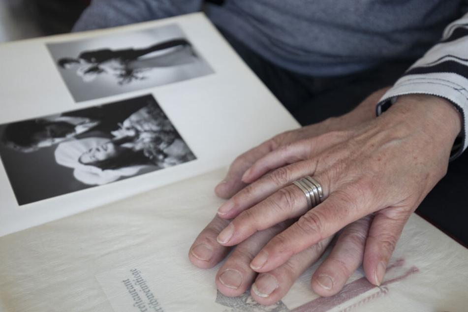 Edith und Waldemar Wolf schauen sich ihre Hochzeitsfotos an.