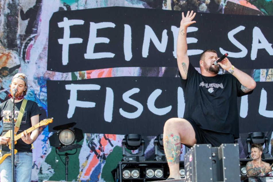 """Jan """"Monchi"""" Gorkow (M), Sänger der deutschen Punkband """"Feine Sahne Fischfilet"""", steht beim Open-Air-Festival """"Rock im Park"""" auf der Bühne und singt."""