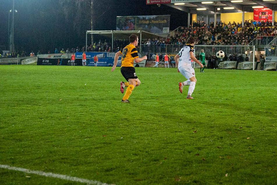15. November 2015: Auf einem tiefen, teils gefrorenen Rasen mühte sich Dresden im Landespokal-Viertelfinale in Auerbach zu einem 1:0 nach Verlängerung. Das Tor erzielte Jim-Patrick Müller.