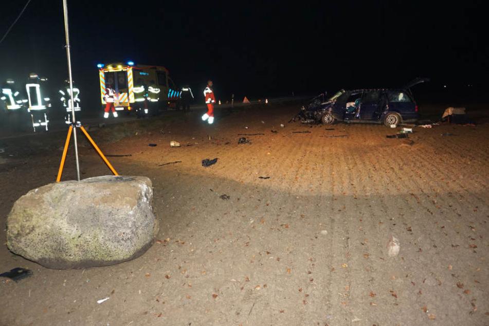 Ein VW Passat soll am Samstagabend mit voller Wucht gegen diesen 200-Kilo-Findling geknallt sein. Der Stein wurde 30 Meter weit geschleudert.