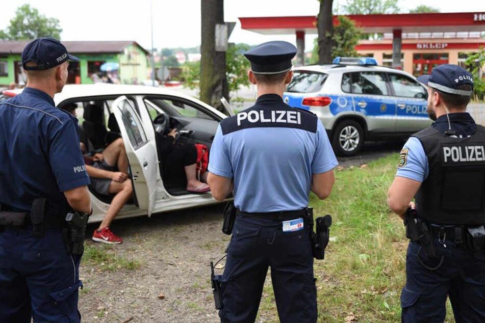 Diebe flüchten in ramponiertem Skoda über Grenze, Polizei kommt von zwei Seiten