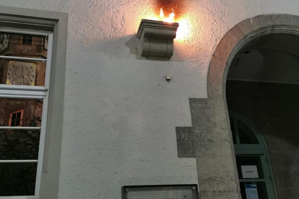 Staatsschutz ermittelt: Brennende Gegenstände auf Israel-Flagge geworfen