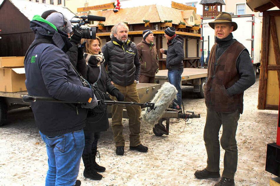 Gedreht wurde unter anderem mit Räucherkerzen-Hersteller Jürgen Huss (re.) an  seiner neuen Karzl-Hütte.