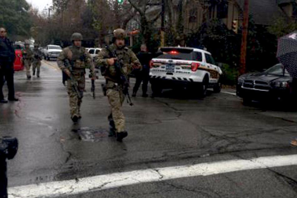 Nach Schüssen in einer Synagoge herrscht große Aufregung. Bewaffnete Beamte wohin das Auge reicht.