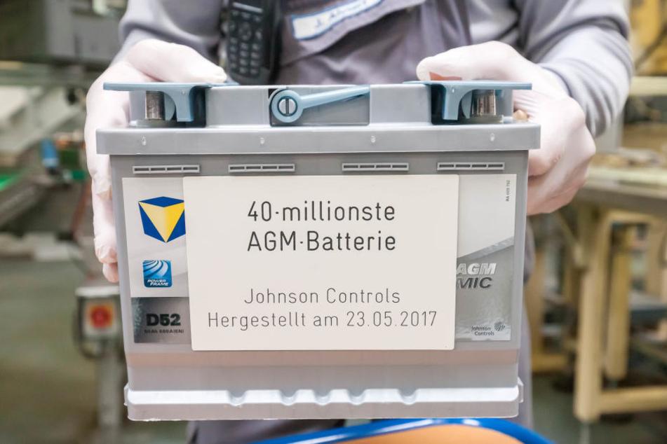 Voller Stolz präsentiert Jürgen Ahnert, seit 37 Jahren im Unternehmen, die 40-millionste Batterie, die seit 2011 bei Johnson Controls produziert wurde.