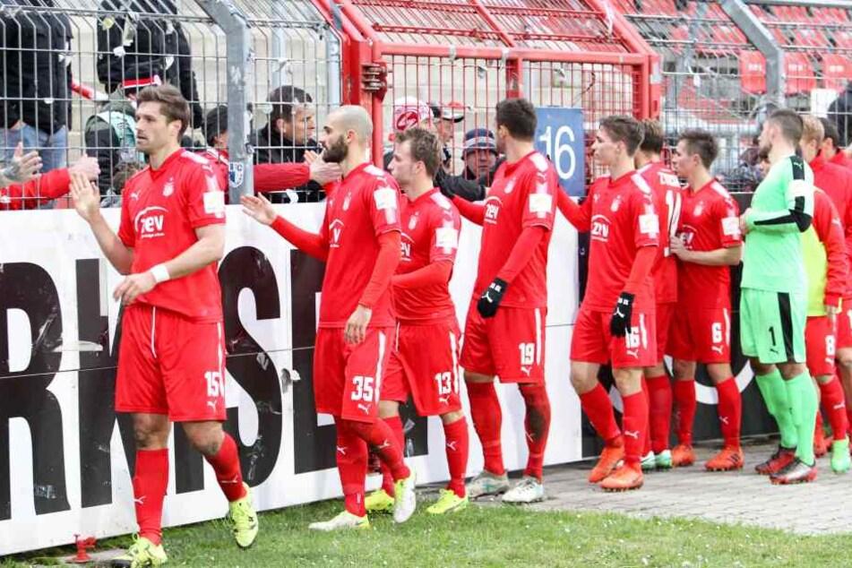 Die Zwickauer Spieler bedanken sich artig bei den mitgereisten Fans, die natürlich einmal mehr enttäuscht vom Auftritt ihrer Mannschaft waren.