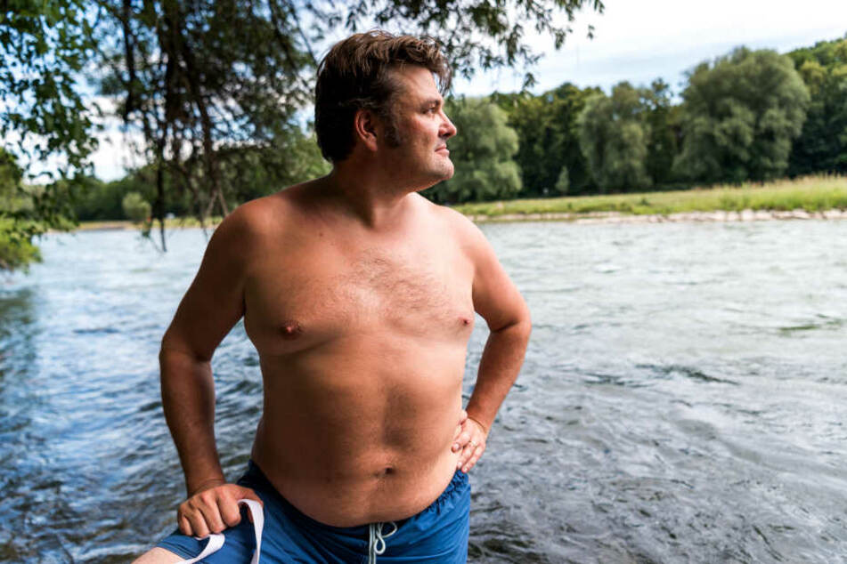 Rund zwei Kilometer schwimmt der 40-Jährige jeden tag, um zu seiner Arbeitsstelle zu kommen.