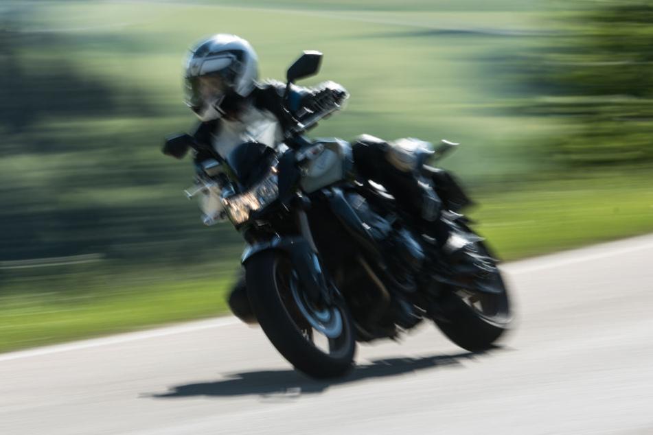 Der unbekannte Motorradfahrer entkam. Die Polizei fahndet nach ihm (Symbolbild).