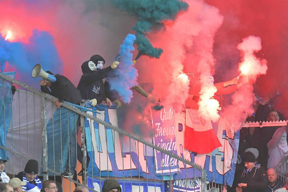 Anhänger des VfL Bochum entzünden vor dem Spiel in Bielefeld Pyrotechnik und Bengalisches Feuer.