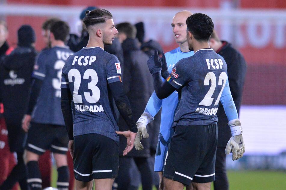 Linksverteidiger Leart Paqarada, Torwart Sven Brodersen und Neuzugang Omar Marmoush nach dem Spiel in Würzburg.