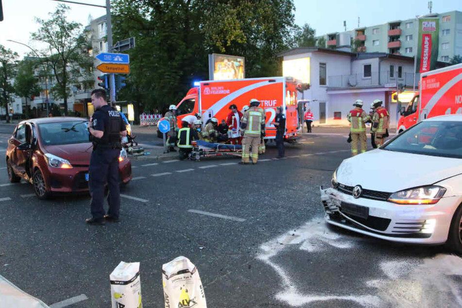Einsatzkräfte sind vor Ort an der Unfallstelle.