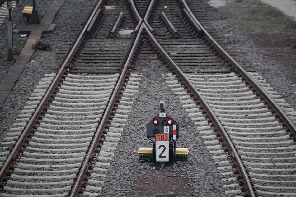 Unbekannte Täter legten ein sechs Meter langes Metallrohr auf die Bahngleise in Stötteritz. Ein vorbeifahrender Lokführer bemerkte den Gegenstand und alarmierte die Polizei.
