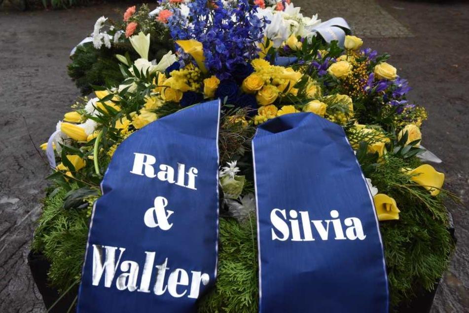 Letzter Gruß an den Cousin. Die Blumen symbolisieren die schwedischen  Nationalfarben Gelb und Blau.
