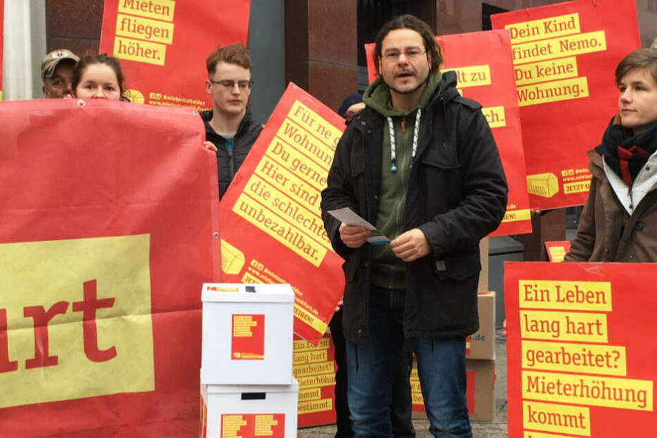 """Im Januar 2019 hatten Aktivisten des Bündnisses """"Mietentscheid Frankfurt"""" die gesammelten Unterschriften an die Stadt abgegeben."""