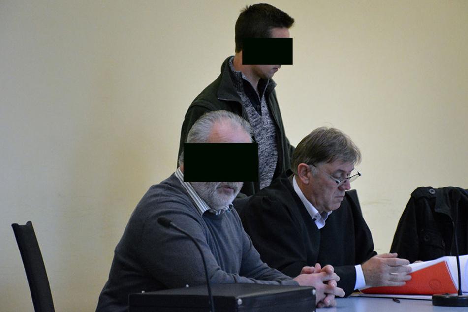Wilfried T. (62, l.) und Stephan T. (24, r.) mussten am Donnerstag vor Gericht.