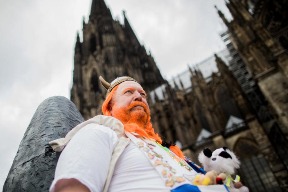 """Ein Jeck verkleidet als """"Obelix"""" feiert den Auftakt der Karnevalssession vor dem Dom."""