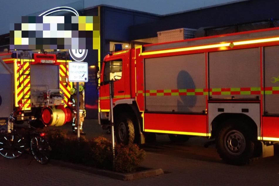 Mann steckt in Pfandautomat fest! Feuerwehr reagiert mit schwerem Gerät
