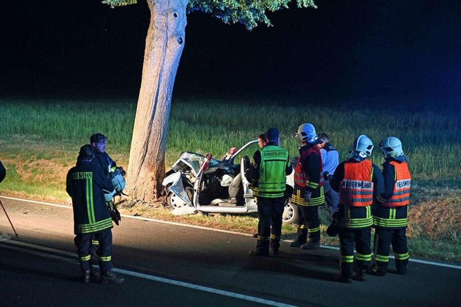 Die Rettungskräfte konnten mit Hilfe von schwerem Gerät den Fahrer aus dem Auto-Wrack befreien.