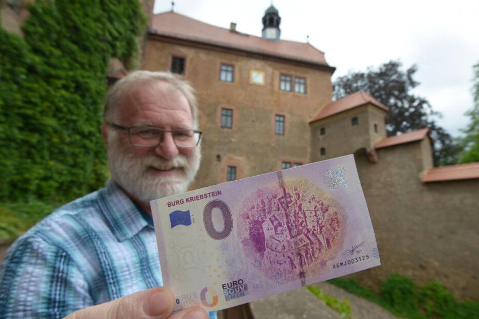 Museumsmitarbeiter Jörg Möbius (56) zeigt die neue Null-Euro-Banknote der Burg Kriebstein. Sie besteht aus echtem Sicherheitspapier, wie man es von Euro-Banknoten kennt.