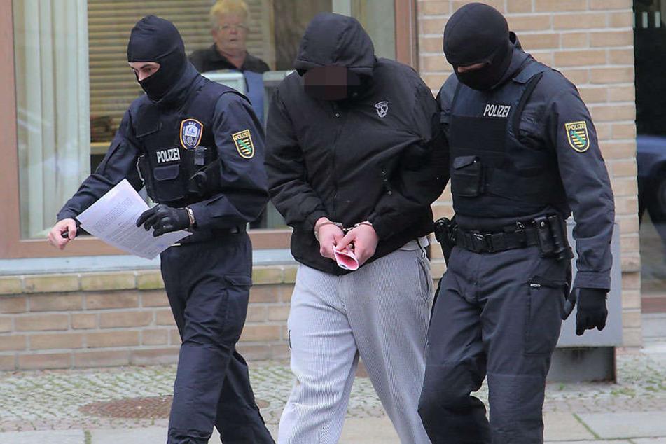 Mit der Kapuze tief ins Gesicht gezogen, trat dieser Kameradschaftler vor Gericht.