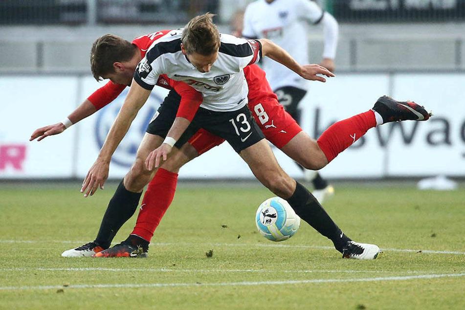 Jonas Nietfeld (hinten) kämpft gegen Ole Kittner verzweifelt um den Ball.
