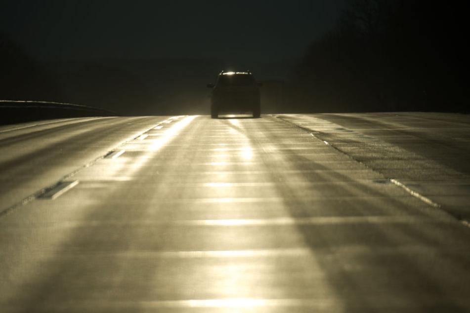 Auf mehren Straßen in Hessen kam es in der Nacht zum Dienstag zu Unfällen. (Symbolbild)