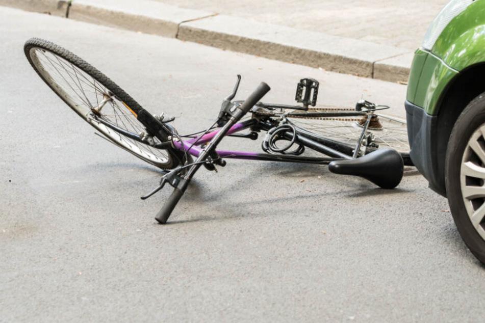 Ein Fahrrad liegt auf der Straße. (Symbolbild)