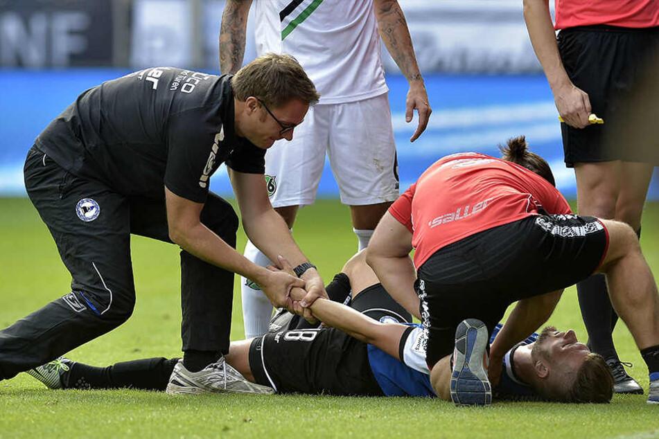 Christopher Nöthe war der erste Profi, der sich im Spiel eine Schulterverletzung zuzog und von Dr. Andreas Elsner (li.) behandelt werden musste.