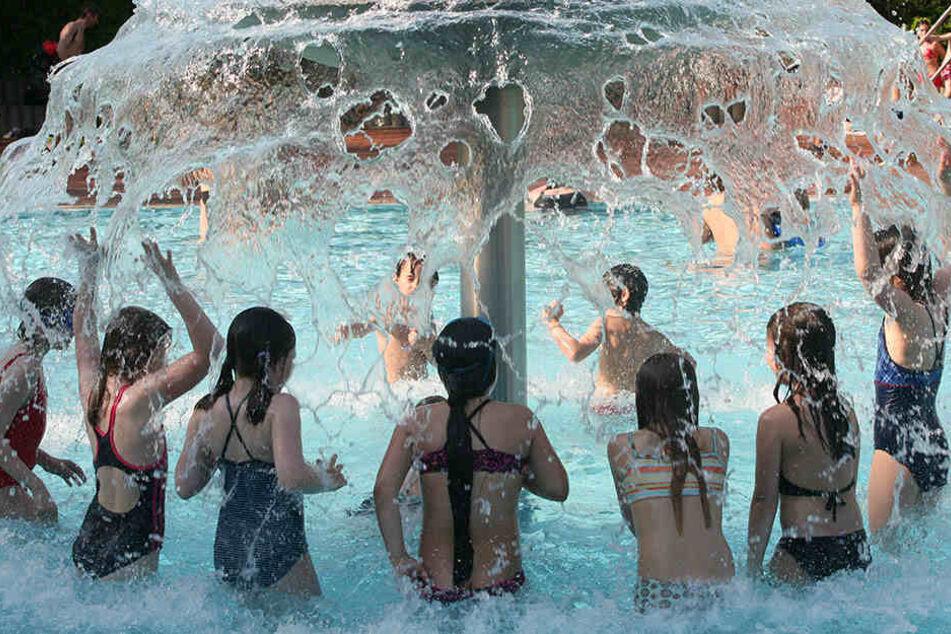 Offenbar urinieren nicht nur Kinder ins Schwimmbecken.