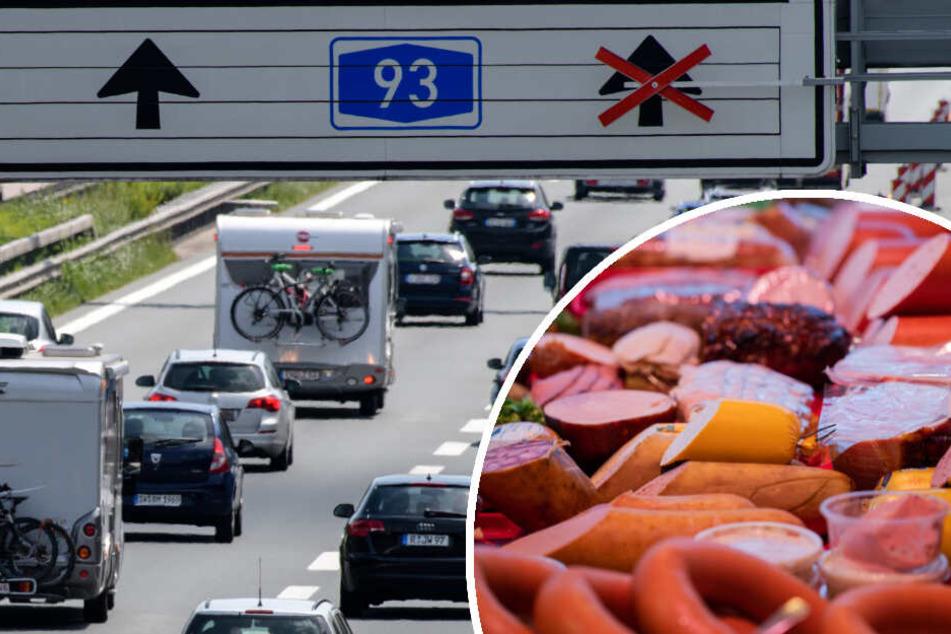 Nach einem Unfall auf der A93 verteilten sich Fleisch und Wurst auf der Fahrbahn. (Bildmontage)