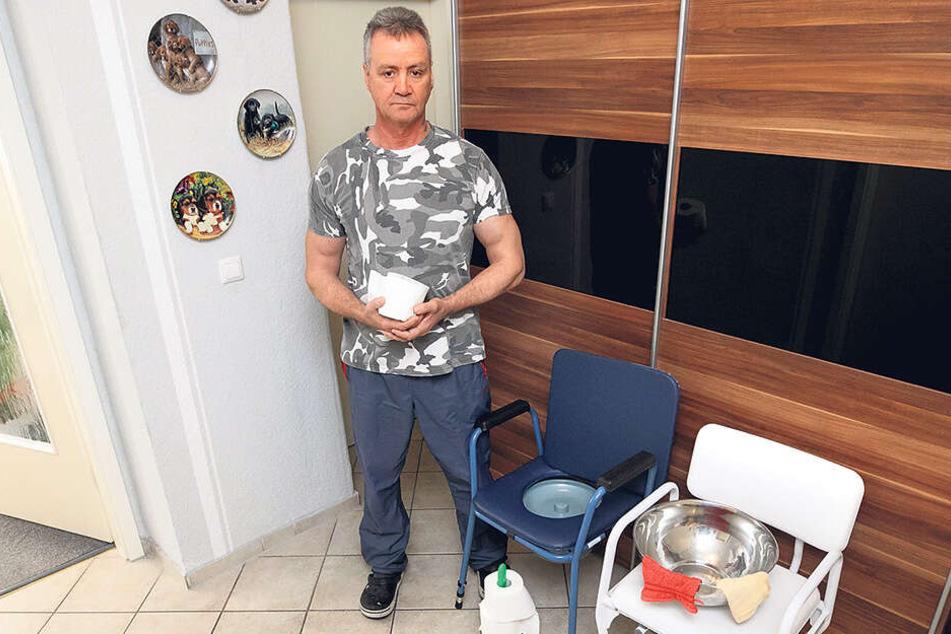 Frank Zabel (60) neben dem WC-Ersatz der Familie: diesem Toiletten-Stuhl.