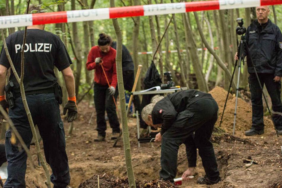Akribisch gingen die Tatortermittler an der Fundstelle vor. Damit war nach nicht mal 48 Stunden Schluss.