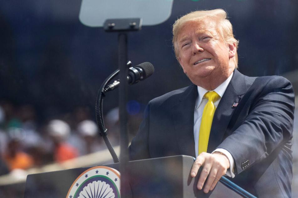 Trump blamiert sich bei Rede in Indien, Zuschauer flüchten aus dem Stadion
