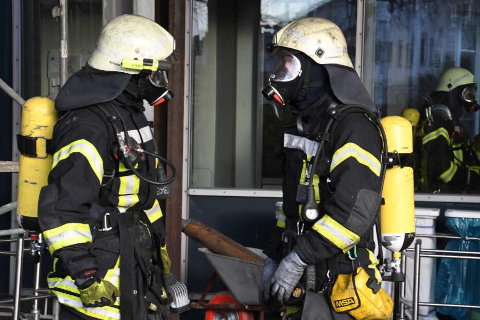 Die Feuerwehr verhinderte, dass die Flammen auf weitere Wohnungen übergriffen. (Symbolbild)
