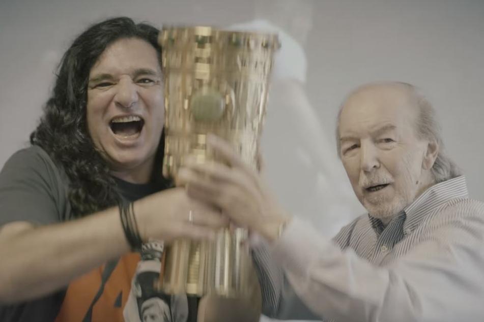 """Beim Videodreh von """"Schwarz-Weiß wie Schnee"""" war auch Eintracht-Legende Jürgen Grabowski (Li.) am Start."""