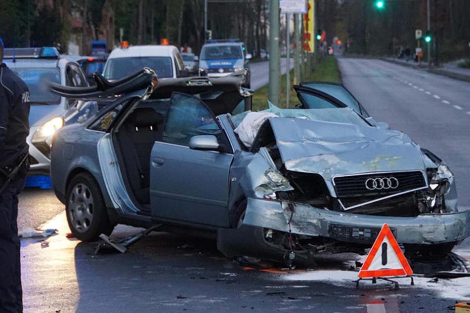 Audi rast in Bus, Fahrer wird schwer verletzt