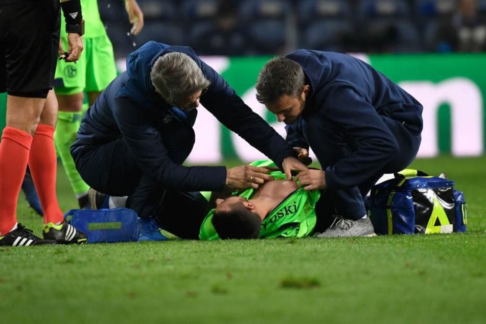 Steven Skrzybski von Schalke wird nach einer Verletzung untersucht.