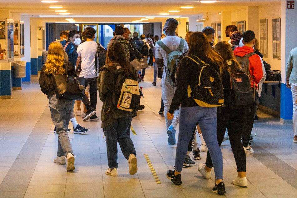 Trotz hoher Infektionszahlen hat für die Schülerinnen und Schüler in Baden-Württemberg das neue Schuljahr am Montag in Präsenz begonnen.