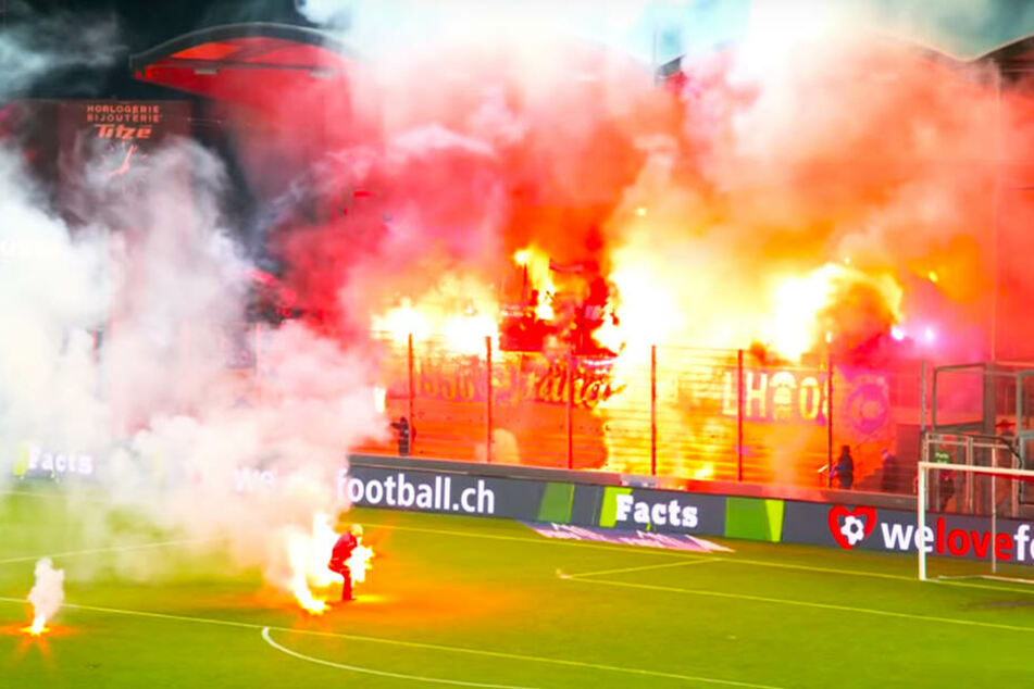 Aus dem Fanblock des Grashopper Club Zürich flogen viele brennende Fackeln auf das Spielfeld.
