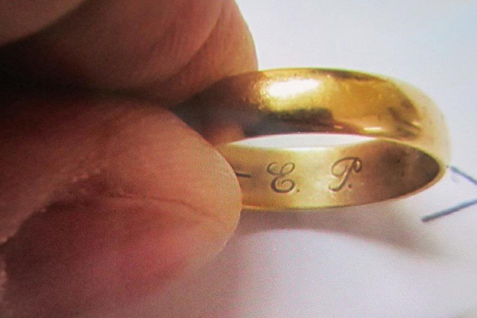 Die Initialen auf dem Ring könnten ein Hinweis sein.