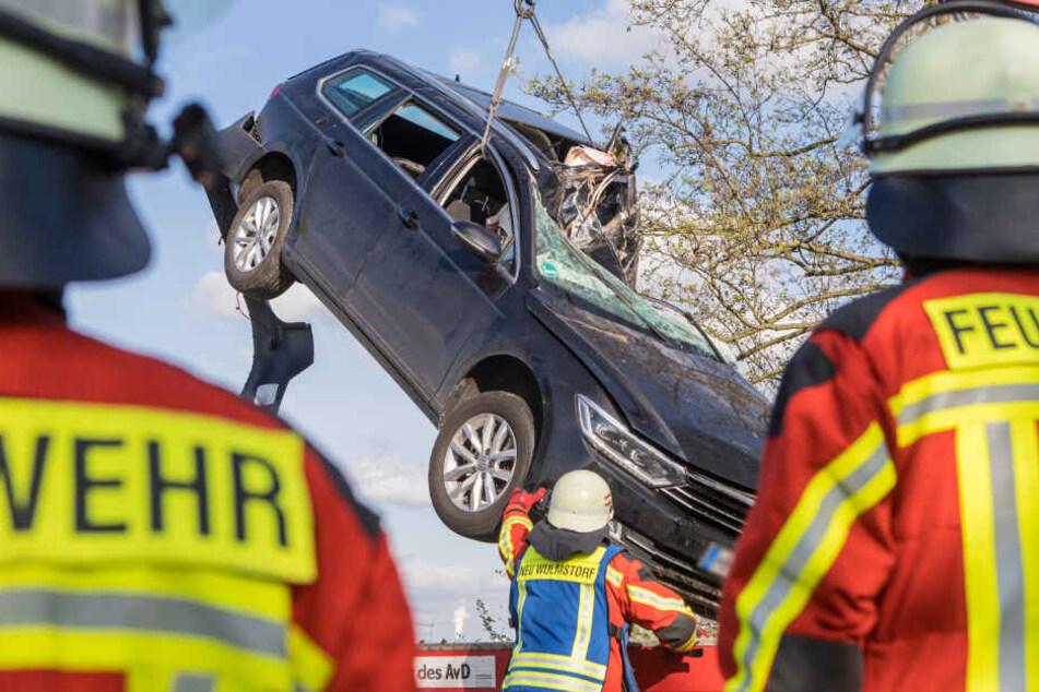 Das Auto wurde mit einem Kran geborgen.