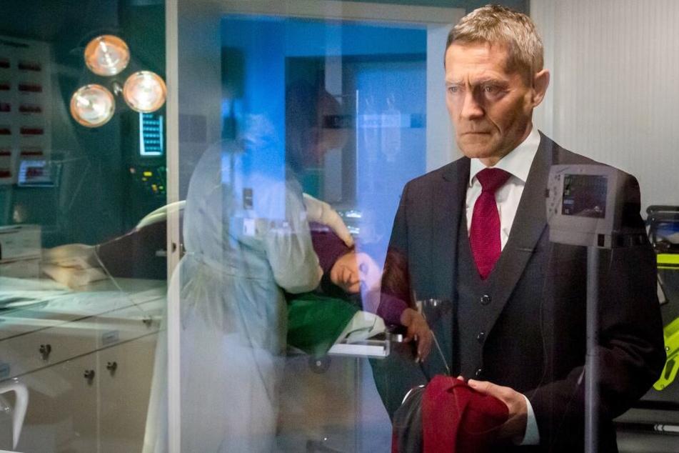 Während Vera Baders Magen nach dem Suizidversuch ausgepumpt wird, hinterfragt Dr. Rolf Kaminski seinen Rettungsversuch. Hat er das richtige getan?